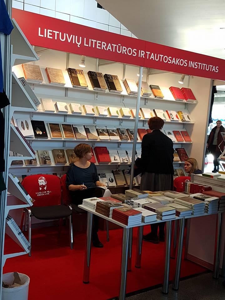 """Džiaugiamės, kad mūsų knyga apdovanota ir yra viena gražiausių 2017 metų knygų. Kas norėtumėt """"Balsų ir daiktų""""  galite įsigyti Vilniaus knygų mugėje: 3 salėje, Letuvių literatūros ir tautosakos instituto stende ir 5 salėje Ekslibris.lt (5.D03) stende http://www.juvelyrika.net/parodos/paroda-balsa-daikta-balsai-ir-daiktai/"""